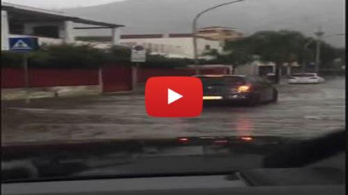 Allagamenti a Mondello, la pioggia blocca auto e attività commerciali 🎥 VIDEO