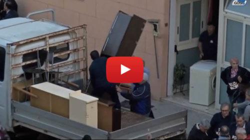 Palermo, i momenti dello sgombero dopo l'aggressione e Stefania Petyx: fuori tutto! VIDEO 🎥