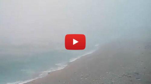 Palermo, la burrasca di scirocco sulla spiaggia dell'Arenella è da paura! 🌀⚡😱 IL VIDEO 🎥