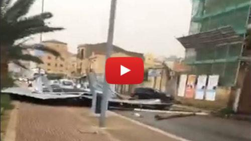 Palermo, paura in Via Messina Marine: impalcatura crolla sulla strada e schiaccia un'auto 🎥 IL VIDEO SHOCK 🌀😱