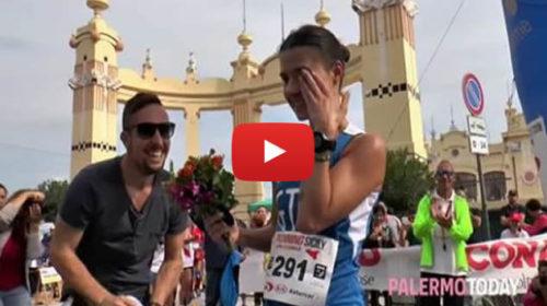 """Vince la mezza maratona di Palermo e al traguardo trova il fidanzato: """"Vuoi sposarmi?"""" 🎥 Ecco IL VIDEO"""