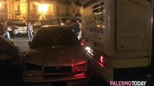 """Palermo, tragedia sfiorata in piazza Sturzo: autobus """"scivola"""" indietro e travolge auto e scooter – LE IMMAGINI"""