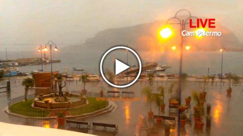 Maltempo su Palermo, piogge intense in corso: Ecco le immagini IN DIRETTA da Piazza Mondello 🎥