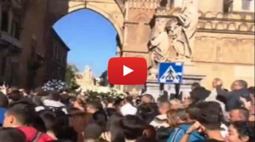 """Folla in Cattedrale per i funerali delle vittime di Casteldaccia, bare accolte da cori: """"Federico sempre con noi"""" – VIDEO"""