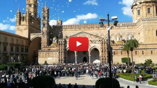 Palermo, l'uscita delle nove bare: applausi e palloncini bianchi al funerale delle vittime di Casteldaccia 🎥 VIDEO