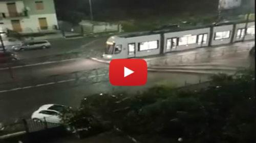 Palermo, caos in Via Giraldi sommersa dall'acqua: il tram provoca onde 🎥 VIDEO