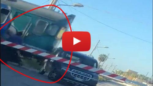 Petrosino, rimane incastrato con l'auto nel passaggio a livello: il treno la travolge – VIDEO 🎥