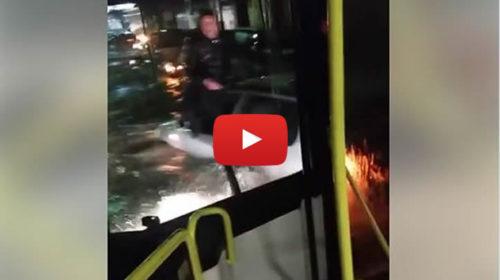 Palermo, immagini drammatiche da Via Messina Marine: persone sopra le auto 🎥 VIDEO