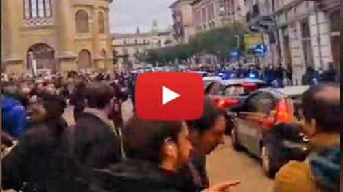 Palermo, folla di persone davanti alla caserma: l'uscita degli arrestati – VIDEO 🎥