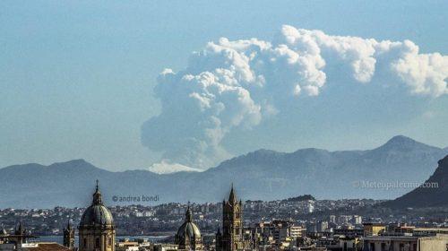 Violenta eruzione dell'Etna pochi minuti fa! Si vede anche da Palermo: LE IMMAGINI