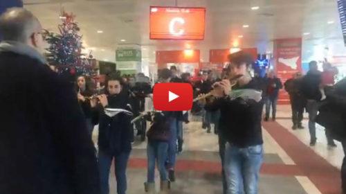 Natale, l'orchestra dei bambini del Teatro Massimo suona all'aeroporto di Palermo – IL VIDEO