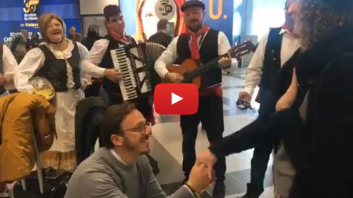 Una romantica serenata ha commosso tutti all'aeroporto di Palermo – IL VIDEO