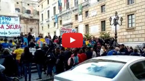 Protesta davanti il Comune di alunni e insegnanti dopo il crollo nella scuola Leonardo Sciascia 🎥 VIDEO