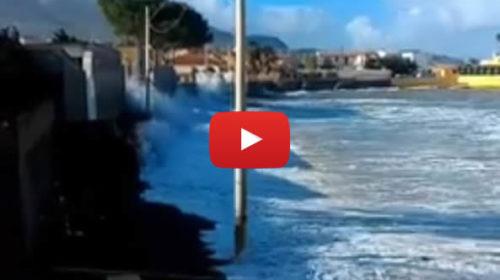 Palermo, mareggiata a Trabia: le onde arrivano fin dentro le case – VIDEO 🎥