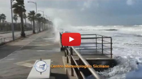 Mareggiata in atto a Capo D'Orlando, onde alte 4 metri – VIDEO 🎥