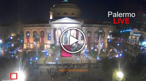 Palermo, il Teatro Massimo si accende per il Natale: ecco le immagini IN DIRETTA 🎥