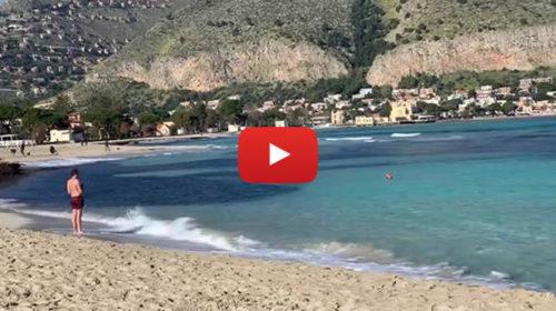Palermo, 7 gennaio 2019 – Turisti a mare fanno il bagno a Mondello 🎥 VIDEO