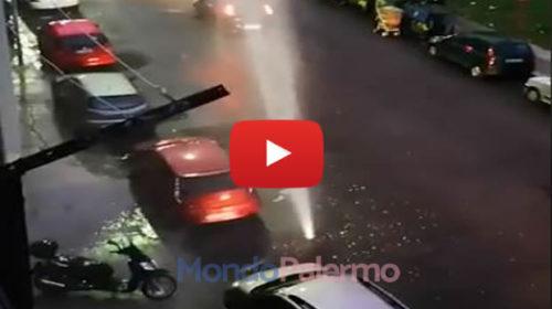 """Si rompe una condotta, il getto arriva fino al terzo piano: """"Geyser nel centro di Palermo"""" – VIDEO 🎥"""