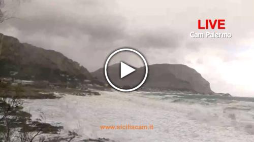 Maltempo su Palermo, onde lunghe si abbattono sulla costa: le immagini IN DIRETTA dall'Addaura 🌊🎥