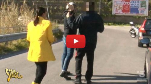 """Protagonista siciliano di """"Uomini e Donne"""" aggredisce troupe di Striscia 📺 VIDEO"""