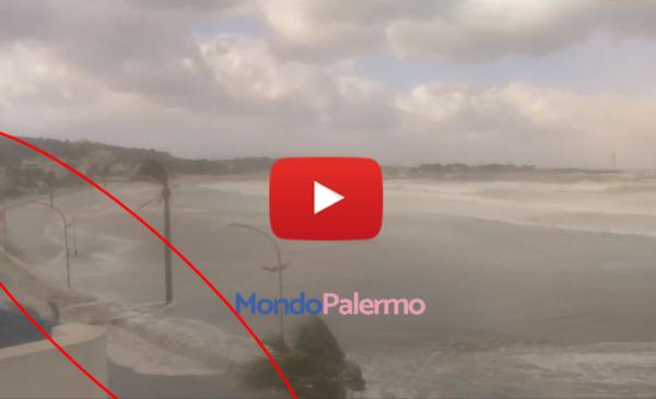 """Maltempo, onde lunghe """"inghiottono"""" la spiaggia di San Vito lo Capo: il mare arriva in strada 🎥 VIDEO"""