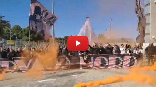 I tifosi del Palermo caricano la squadra prima della partenza per Venezia – VIDEO