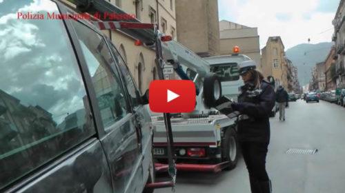 """Palermo, vigili e disabili in carrozzina insieme """"a caccia"""" di incivili 🎥 VIDEO"""