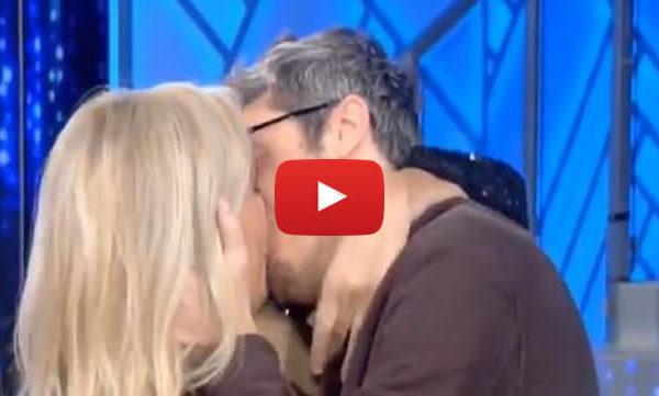 """Domenica In, Mara Venier bacia Pif in diretta e poi commenta: """"Ma sei de legno"""" 📺 VIDEO"""