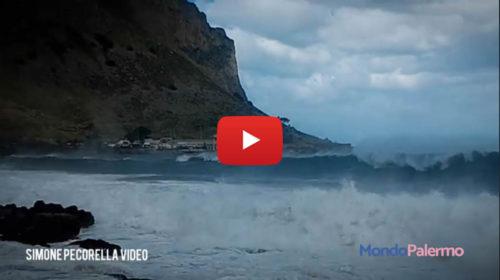 Venti burrascosi sferzano Palermo: VIDEO del mare in tempesta fra Mondello e Capogallo 🎥