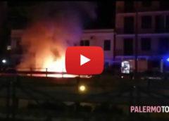 Viale Regione, auto divorata dalle fiamme all'altezza di via Pitrè   VIDEO