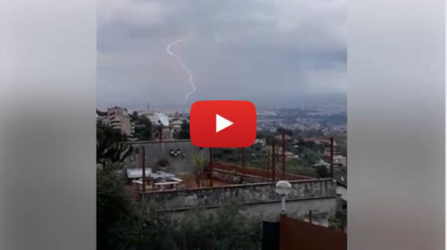 Due fulmini immortalati su Palermo durante un breve temporale ⚡ VIDEO 🎥