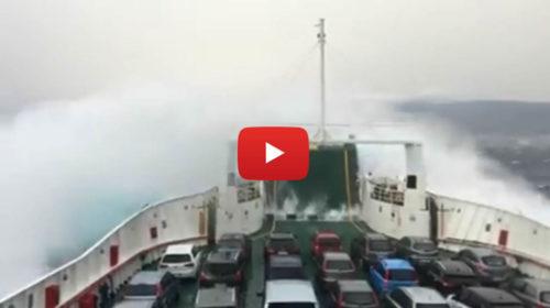 Paura sulle stretto di Messina: le onde travolgono la nave 🎥 VIDEO