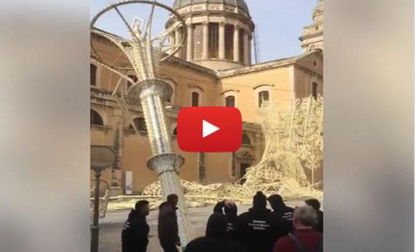 Tempestadiscirocco sulla Sicilia: crollano le luminarie pasquali a Comiso |VIDEO 🎥
