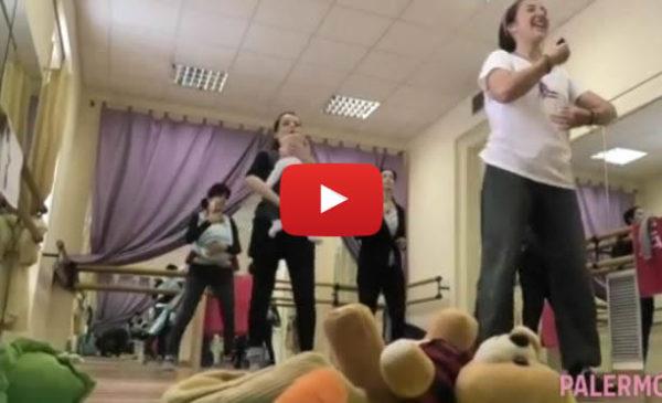Palermo – Un passo a due tra mamme e bebè, coccole a ritmo di musica con Danza in Fascia 🎥 VIDEO