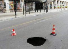 Cede l'asfalto in corso Vittorio Emanuele, si apre una buca davanti al Nautico (FOTO)