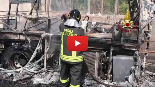 Pullman a fuoco sulla Palermo-Sciacca, le immagini del mezzo distrutto 🎥 VIDEO