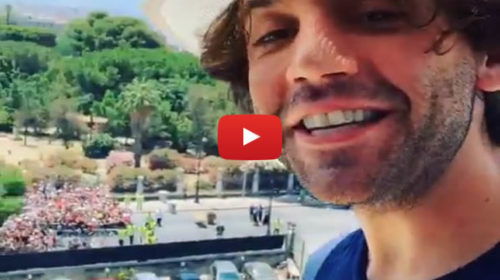 Radio Italia Live a Palermo, Mika si affaccia al balcone dell'hotel e saluta la folla in delirio 🎥 VIDEO