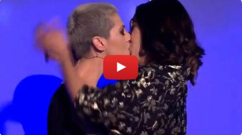 """La cantante palermitana Lo Coco si sposa, il bacio con Elisa in Tv a """"All Together Now"""" 📺 VIDEO"""