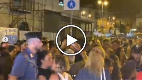 Tony Colombo in vacanza a Mondello, si sparge la voce e in centinaia accorrono al ristorante: intervengono i carabinieri | VIDEO 🎥