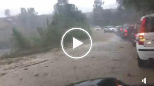 Situazione critica nei pressi di Partinico! Fiumi di fango, causa frana, si riversano in strada: auto bloccate! IL VIDEO 🎥