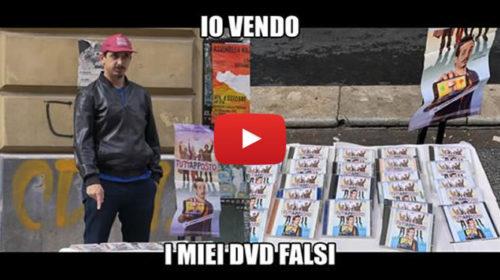 Il film di Roberto Lipari è il primo incasso italiano: in una gag festeggia vendendo dvd pirata 🎥 VIDEO