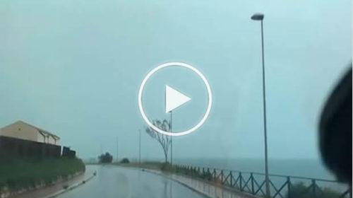 Marsala, riprende il temporale e due fulmini gli cadono davanti ⚡ IL VIDEO 📹
