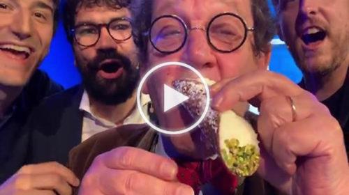 Philippe Daverio sigla la pace con i siciliani mangiando un cannolo | IL VIDEO 📹