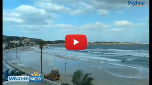 """Maltempo, onde lunghe """"inghiottono"""" la spiaggia di San Vito lo Capo 🎥 VIDEO"""