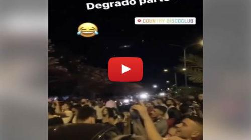 Caos in Viale dell'Olimpo, ragazzi escono dalla discoteca e ballano bloccando la strada 🎥 VIDEO
