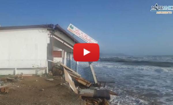 Eraclea Minoa, il mare divora la spiaggia e distrugge un ristorante 🎥 VIDEO