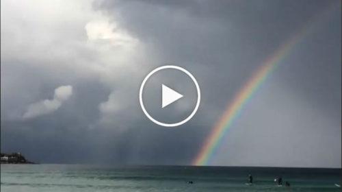 Palermo, uno spettacolare arcobaleno abbraccia il golfo di Mondello | VIDEO 📹
