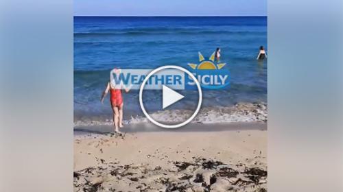Capodanno col bel tempo in Sicilia, tuffi nelle fredde acque di Mondello | VIDEO 📹