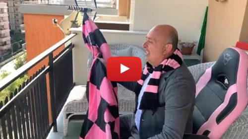 """Sasà Salvaggio dal balcone di casa: """"Facciamo finta di essere allo stadio, forza Palermo!"""" 📹 VIDEO"""