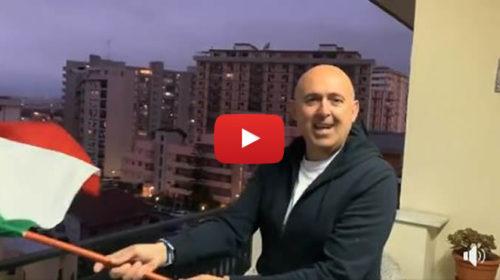 """Sasà Salvaggio con la bandiera dell'Italia nel balcone di casa: """"Uniti ce la faremo"""" 📹 VIDEO"""